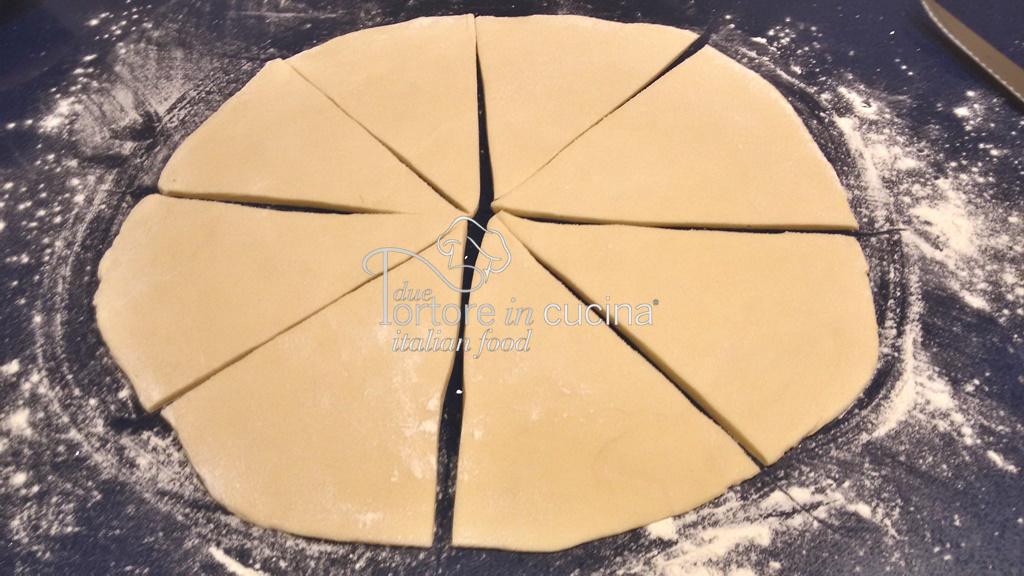 Triangoli d'impasto per cornetti di pasta brioche