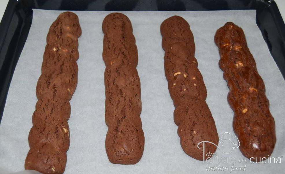 Filoncini di impasto cotti per Cantucci al cacao e nocciole